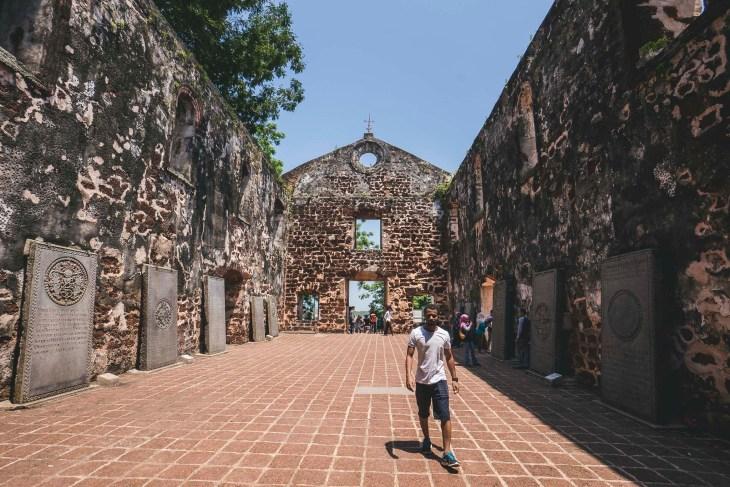 ruiny kościoła od środka