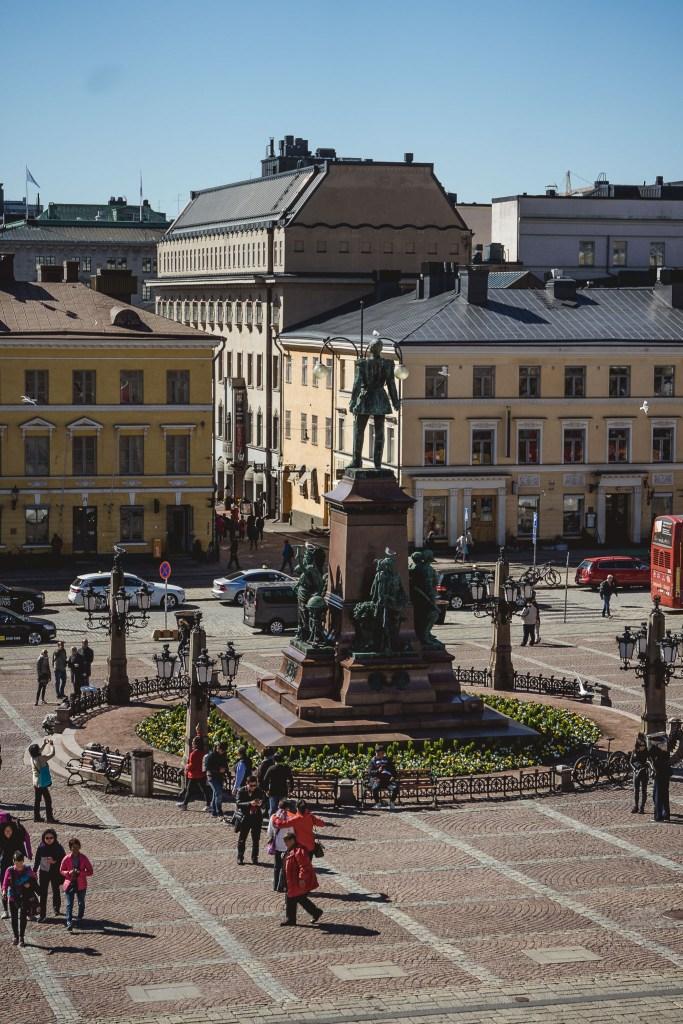 pomnik cara widziany ze schodków