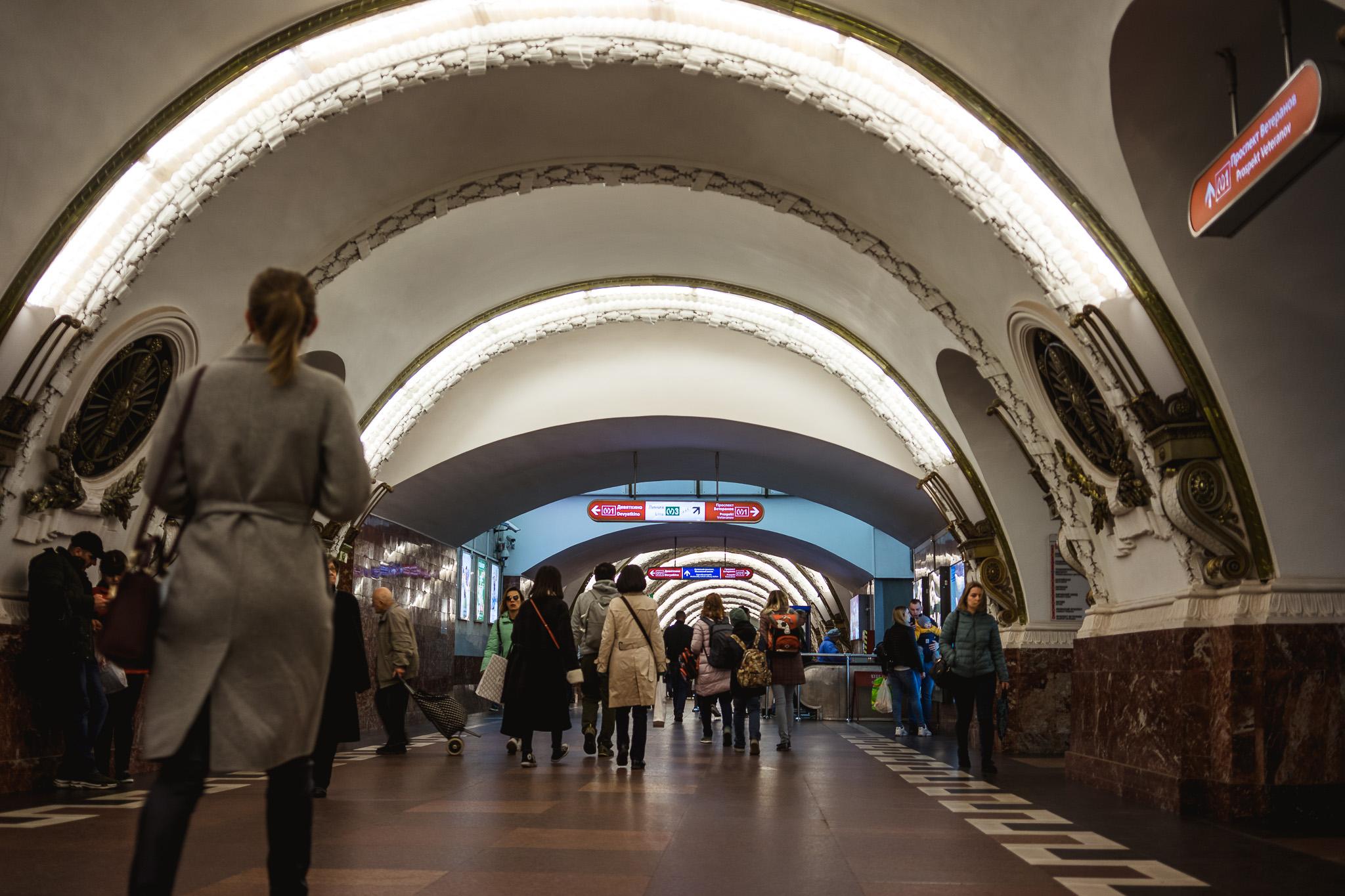 Jedna z wielu zdobiony stacji metra w Petersburgu