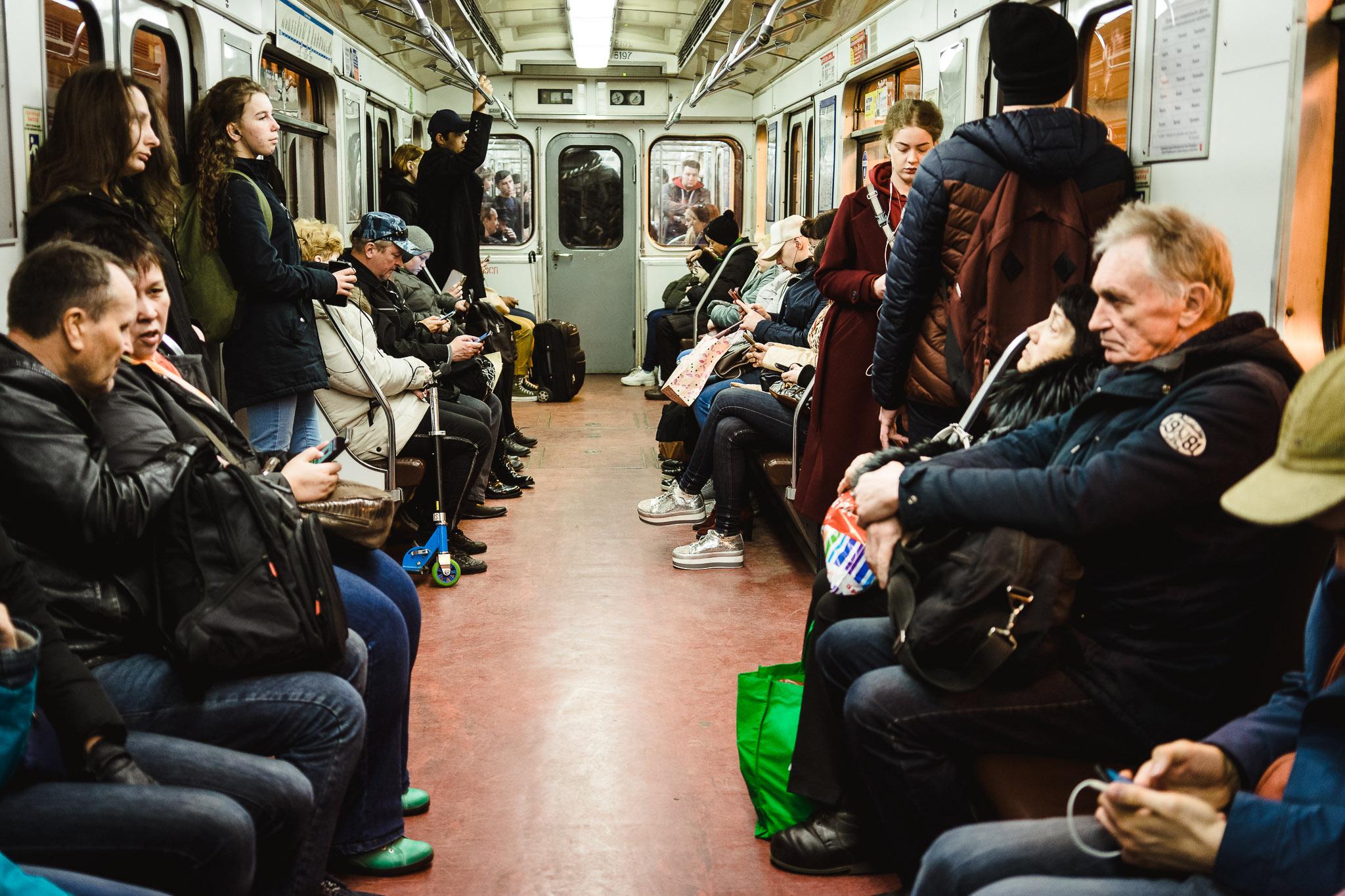 Wraz z innymi gośćmi metra