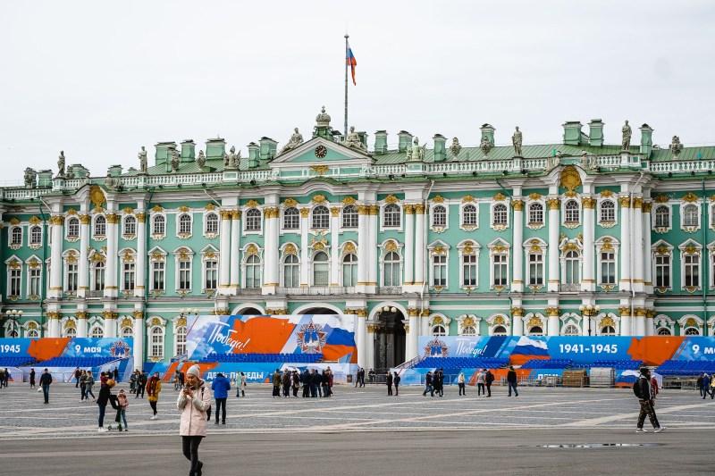 Rzut okiem na Ermitaż przy którym trwając przygotowania do obchodów Dnia Zwycięstwa (9. maja)