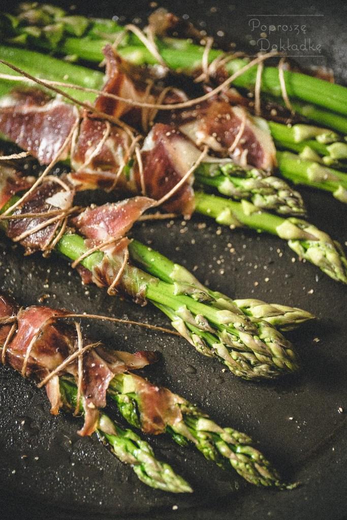 szparagi smażone z szynką dojrzewającą