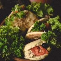 Mini batbout, czyli marokańskie chlebki z patelni z sałatką z tuńczyka