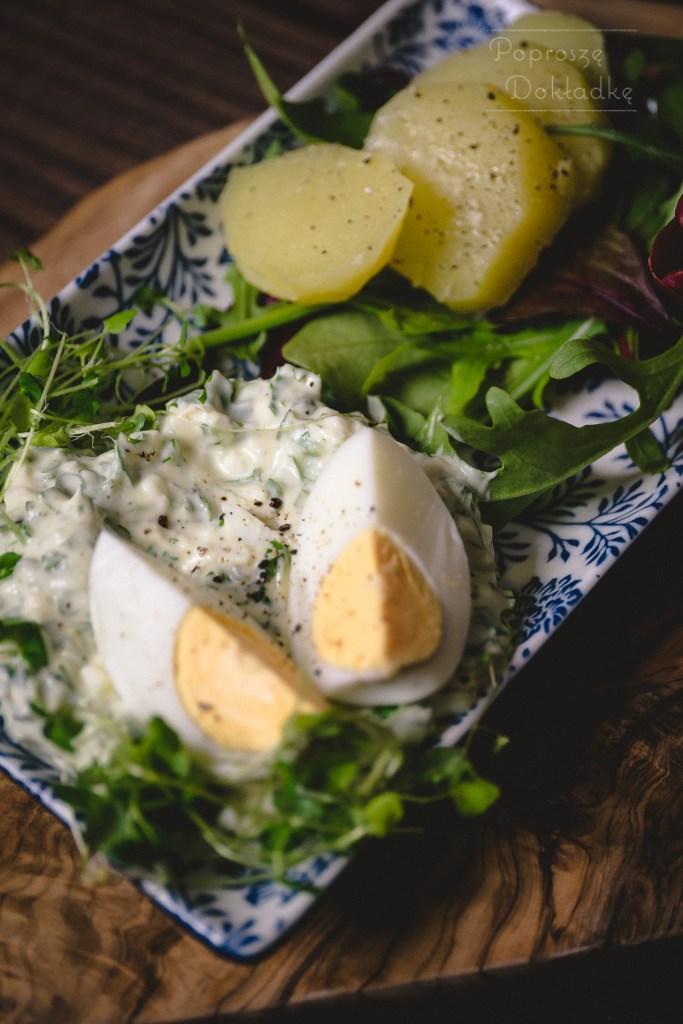 jajka w ziołowym sosie