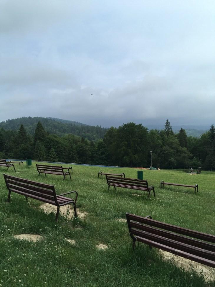 ławeczki na szczycie Góry Parkowej