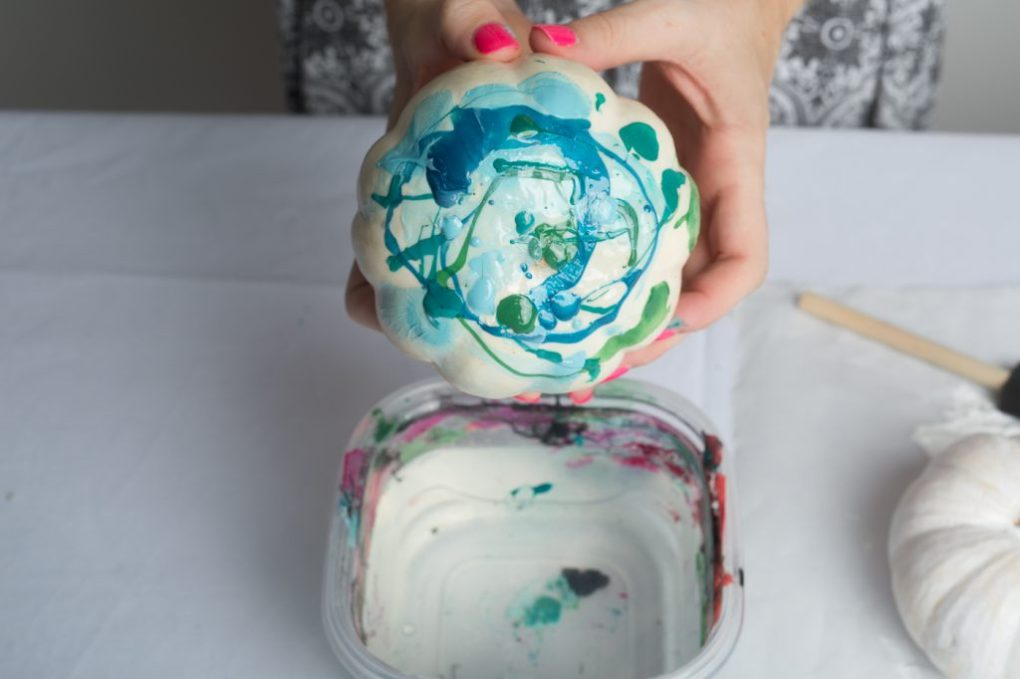 marbled-pumpkins-with-wet-nail-polish-diy-tutorial-modern-crafts