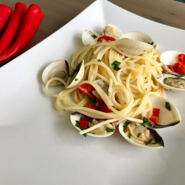 Spaghetti with clams, chilli pepper and parsley_Popsicle Society
