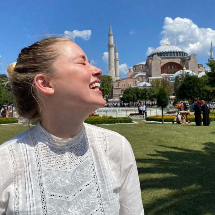 Amber Heard maskles outside of Istanbul mosque