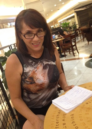 """Nicole Puzzi, com seu caderninho de anotações, após ver """"50 Tons"""""""