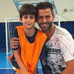 """Pai coruja, Henri Castelli não poupa fotos na web: """"Meu filho até escolhe"""""""
