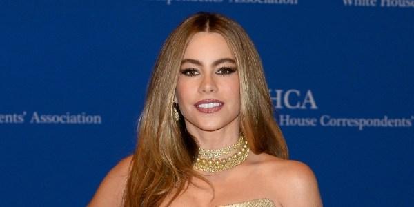 Sofia Vergara imita cabra em dublagem com Witherspoon como Taylor Swift