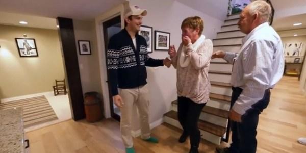Ashton Kutcher reforma a casa da mãe e a emociona com a surpresa