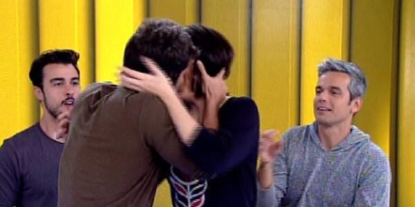 """No """"Vídeo Show"""", Bruno Gagliasso dá beijo técnico em Monica Iozzi"""