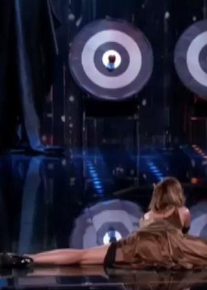 Nicole Scherzinger abre espacate e acerta alvo em disputa de famosos na TV