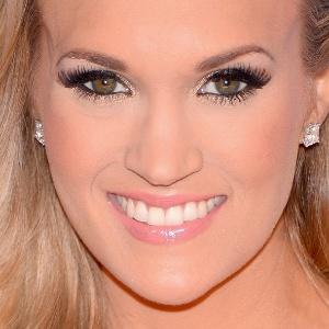 Cantora Carrie Underwood quebra vidro do carro para tirar seu filho