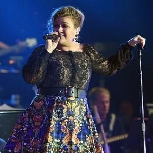 Durante show, Kelly Clarkson anuncia que está grávida do seu segundo filho