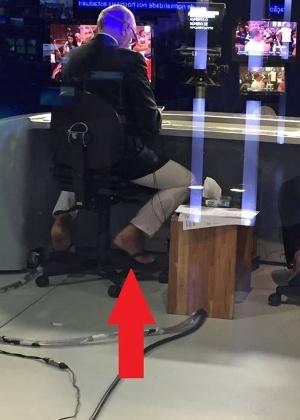 26dez2015---foto-tirada-por-tras-do-jornal-da-band-mostra-ricardo-boechat-apresentando-noticiario-de-chinelos