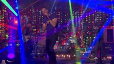 "Foto de Coldplay apresenta ""Adventure Of A Lifetime"" no talk show de James Corden. Veja!"