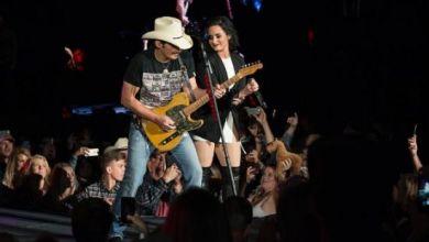 """Foto de Demi Lovato e Brad Paisley apresentam ao vivo pela primeira vez o dueto """"Without a Fight"""""""