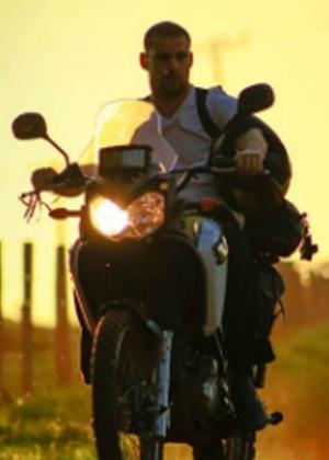 o-ator-caua-reymond-em-cena-do-filme-nao-devore-meu-coracao-1480542041812_300x420