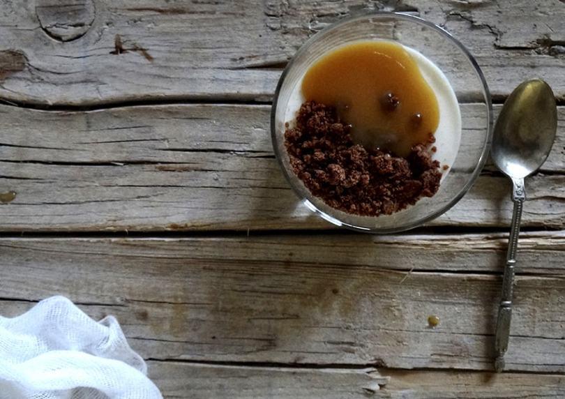 Vasitos de yogur y caramelo salado