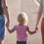 Bezpieczne dziecko z rodzicami