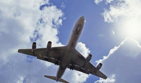 Jak bezpiecznie podróżować samolotem w czasie pandemii COVID-19