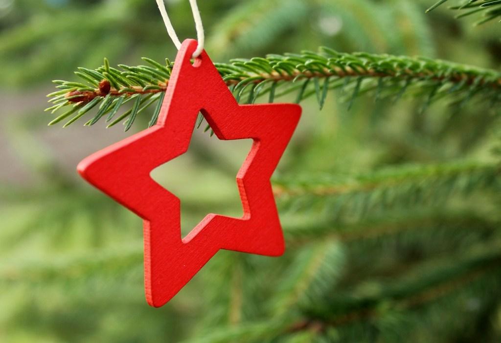 Drewniana gwiazdka na żywej choince - naturalna dekoracja choinkowa