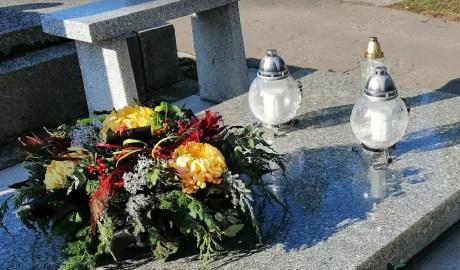 Wiązanka z chryzantem na cmentarzu - jakie kwiaty wybrać na cmentarz