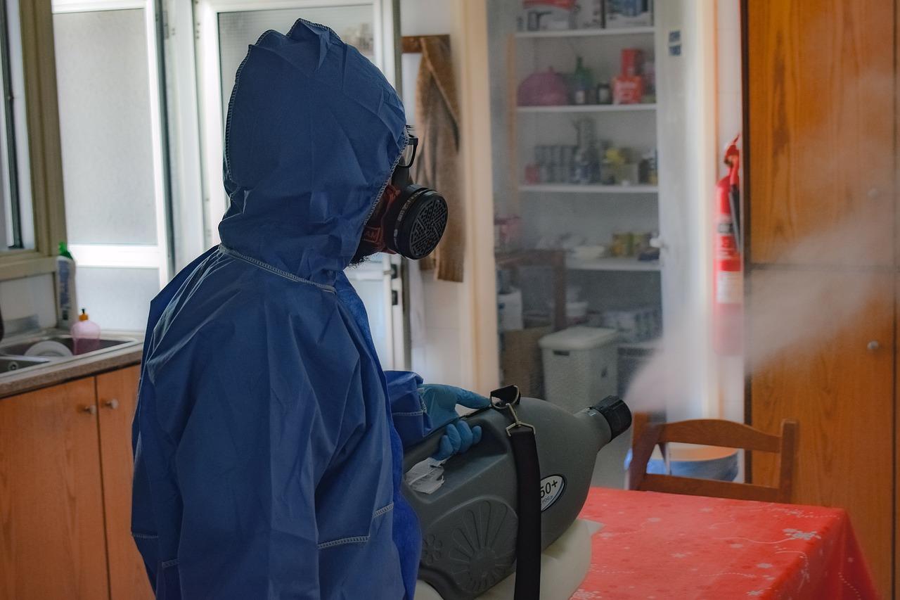Dezynfekcja w czasie pandemii COVID-19. Kiedy jest obowiązkowa