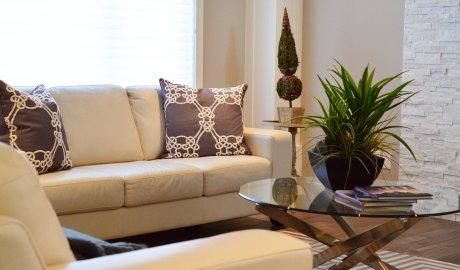 Pomysły na mały salon - sofa i stolik kawowy