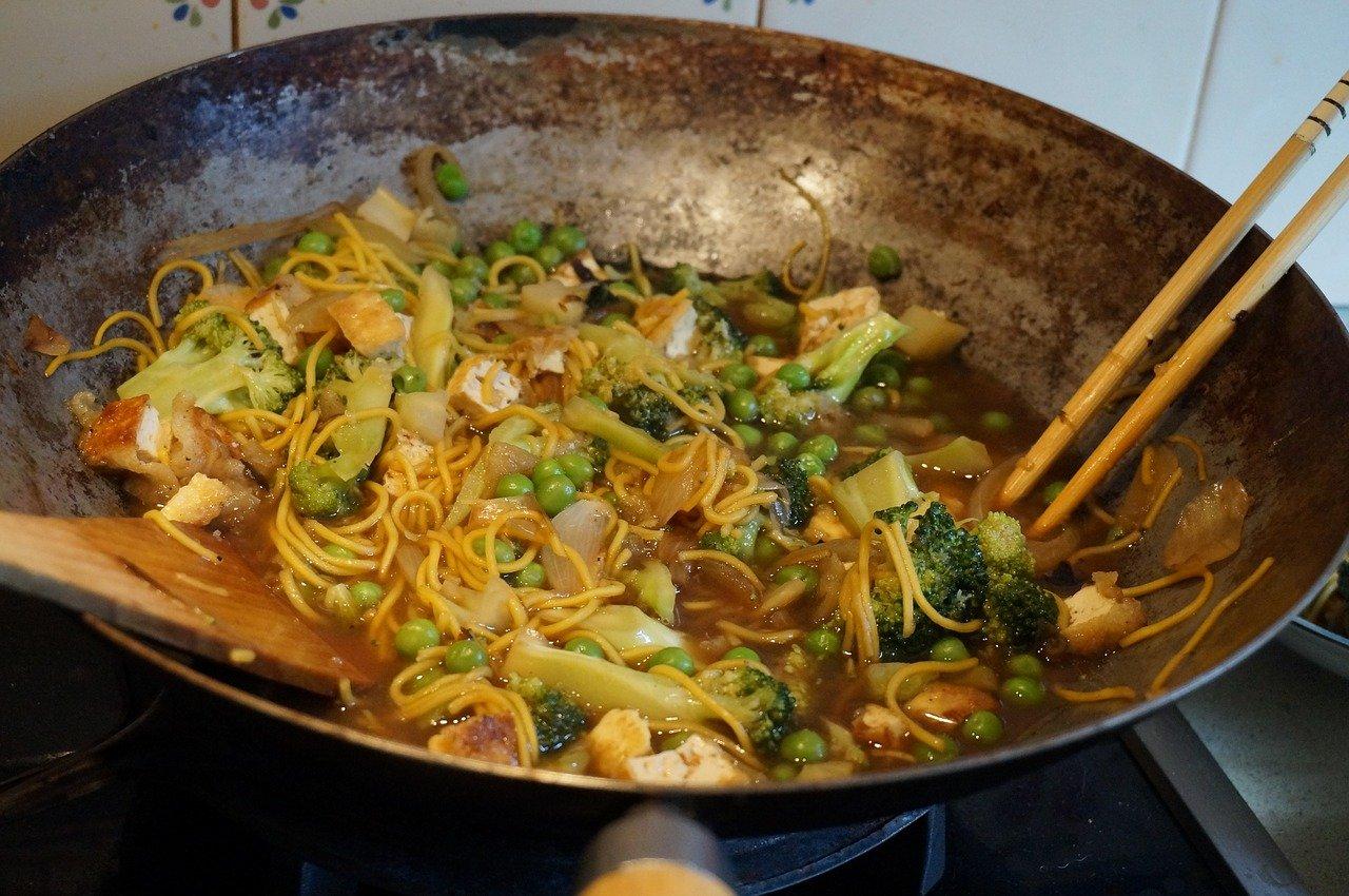 Warzywa smażone w woku. Sprawdź, jak smażyć w woku