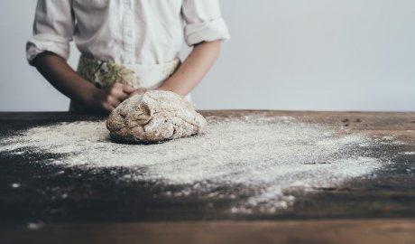 Wyrabianie ciasta na domowy chleb