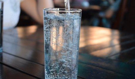 Szklanka źródlanej wody nalanej z dystrybutora