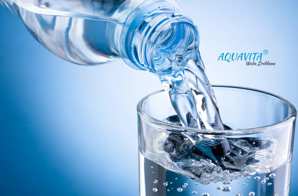 Woda źródlana nalewana do szklanki