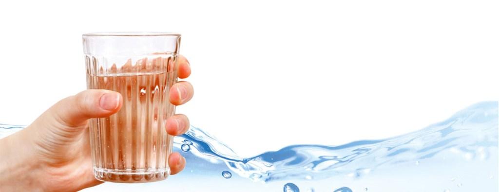 Szklanka wody źródlanej