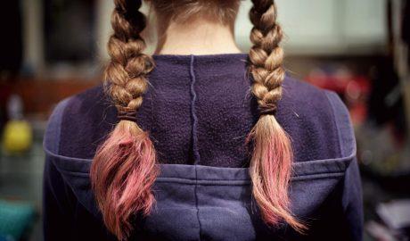 Dziewczyna ze zniszczonymi włosami zaplecionymi w warkocze. Fot. Emma Simpson
