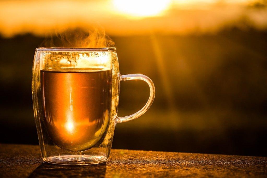 Kubek szklany z herbatą