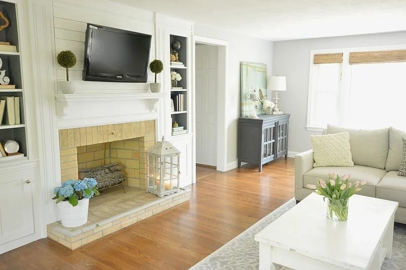 The perfect amount of rustic and modern. I love this living room makeover!