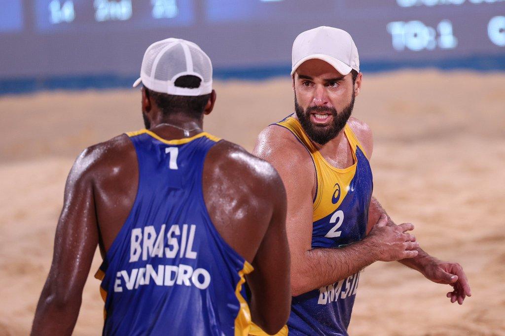 Brasil e Letônia no vôlei de praia