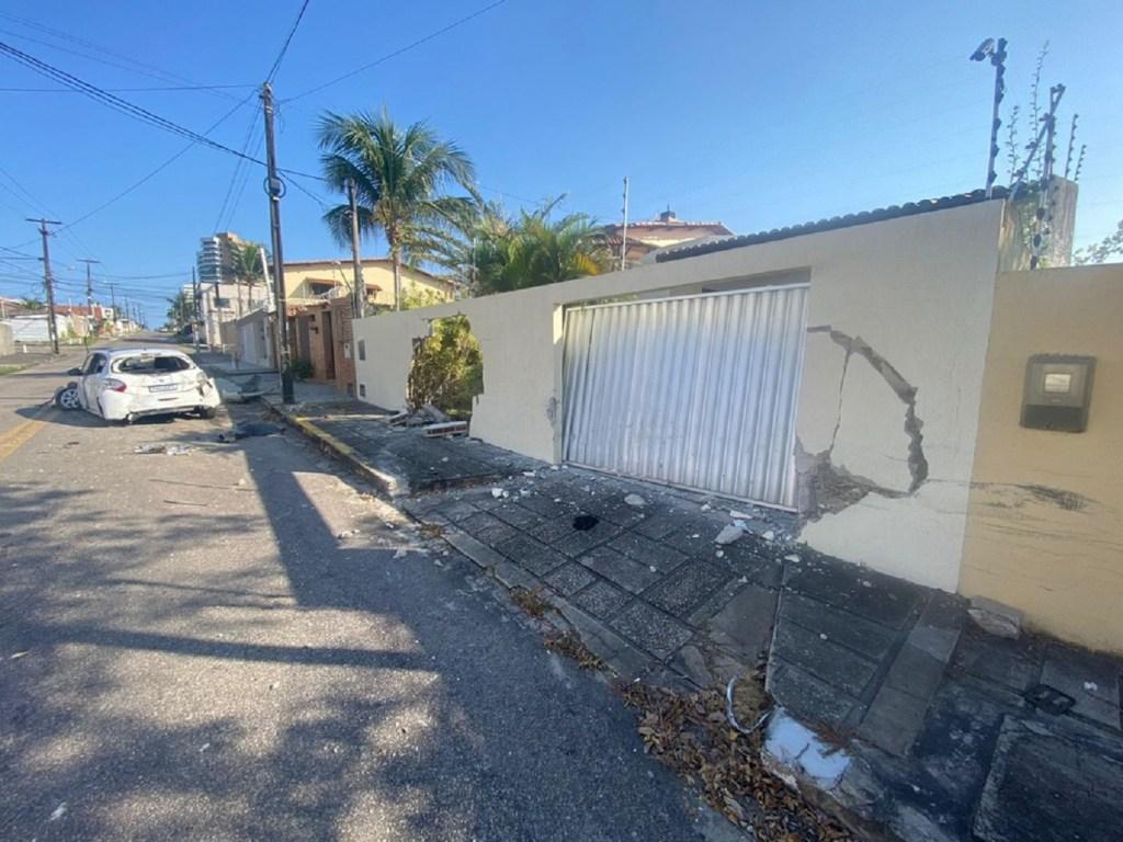Motorista bate carro em veículos estacionados e destrói muro de casa em Capim Macio