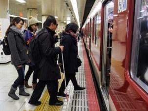 画像:電車に乗車する際のガイド実習の様子(視覚障害者ガイドヘルパー養成研修より)