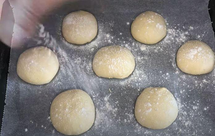 polvilhando farinha de trigo