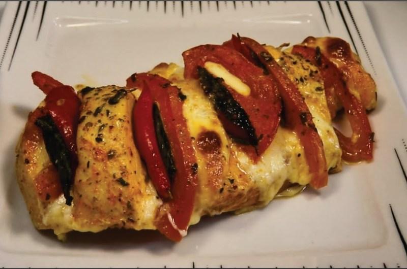Peito de frango recheado com queijo, tomate e manjericão