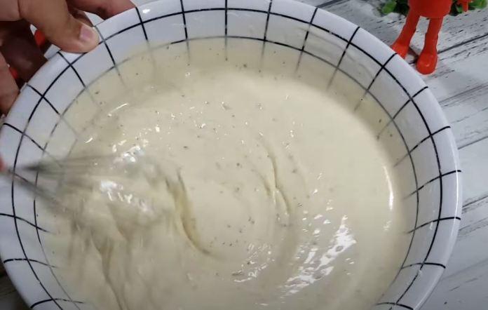 misturando fermento e temperos