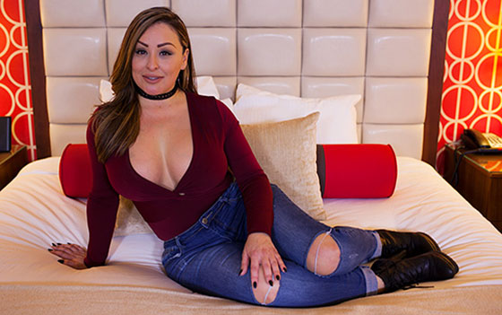 Lolana (Hour glass figure Latina MILF / E435 / 06.04.2017)
