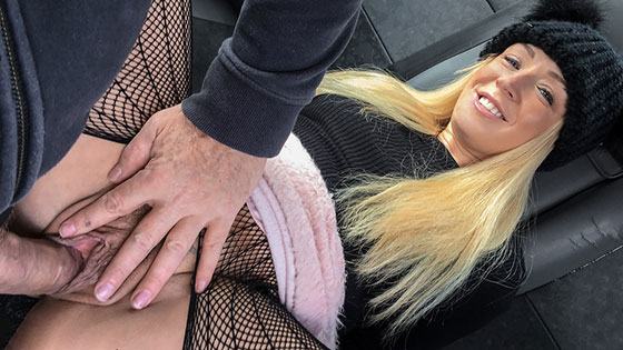 Hot blonde loves to give rimjobs with Amber Deen