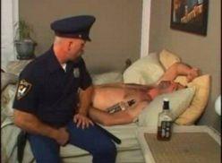Policial metendo no namorado coroa.