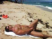 Brasileiro gostoso se masturbando na praia.