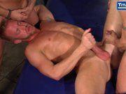 Sexo gay a três sarados.